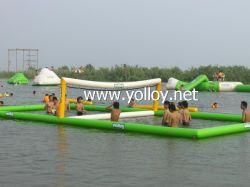 Aufblasbares sich hin- und herbewegendes Volleyball-Gericht auf dem Wasser