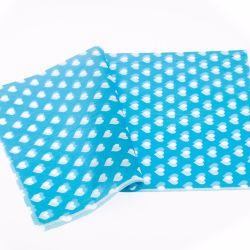 チィッシュペーパーを包む淡いブルーの衣類の化粧品