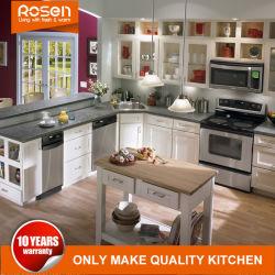 A extremidade alta armário de cozinha em madeira maciça com utensílios de topo e micro-ondas em