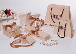 Nuovo arrivano i contenitori di monili di carta del regalo con il nastro di seta