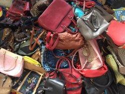 Sacchetti di mano usati delle signore del banco dello zaino dell'usato