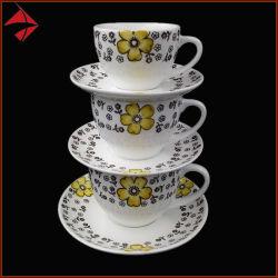 Latteのためにセットされる陶磁器のティーカップの受皿のコーヒーカップ
