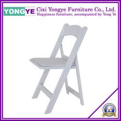 백색에 있는 쌓을수 있는 수지 접는 의자 또는 플라스틱 접는 의자 또는 결혼식 접는 의자