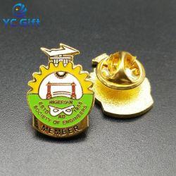 卸し売りカスタムエナメルの憲兵は蝶止め金が付いているバッジの警備員の帽子の折りえりピン金属のクラフトの学校のスポーツ賞の記念品の名前の紋章にフラグを付ける