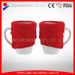 白いコーヒーは陶磁器のマグによって編まれたマグの袖を編んだ