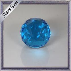 美しい円形によって彫面を切り出される青い円形のクリスタルグラスのビード