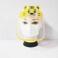 Il bambino scherza la visiera trasparente della visiera della mascherina spruzzata protettiva degli scolari dell'anti