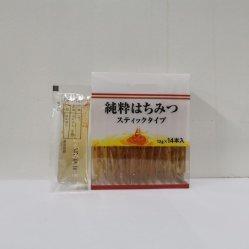 袋によって詰められるアカシアの蜂蜜