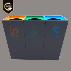 Recyclingbak voor batterijen in de beker met meerdere compartimenten voor de sitterbak