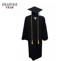 Abito tradizionale della protezione di graduazione impostato con i cavi di onore