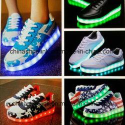 Femmes de mode exécutant la chaussure de loisirs de planche à roulettes avec l'éclairage LED