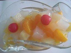 Cocktail de fruits en conserve des aliments en conserve dans un sirop léger
