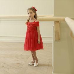 어깨 너머로 키즈 파티와 웨딩 드레스는 격식을 갖춘 의상을 입습니다 드레스