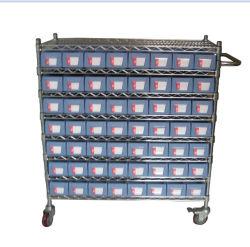 プラスチック棚の収納用の箱が付いているガレージのツールの棚のトロリー