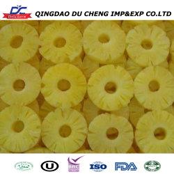 يتم تقديم فاكهة الأناناس الطازجة والمفرودة من المصنع