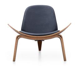 Classic bois chaise de salon en cuir blanc dans un mobilier en bois