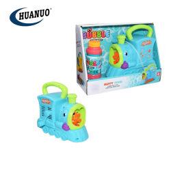 子供の野外活動のクランクを手で回されたトレインの泡機械泡おもちゃ