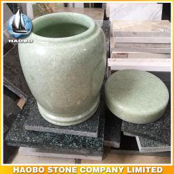 La pierre naturelle à la crémation d'Urnes vert de gros