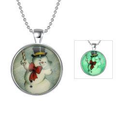 La serie de regalos de Navidad de lindo muñeco de nieve por la noche Necklace