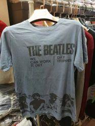 人は倉庫の袖のTシャツの良質の在庫のロットの衣服をショートさせる