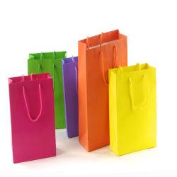 리본 활로 포장하는 생일 선물을%s 단순한 설계 광택이 없는 까만 마분지 종이 봉지