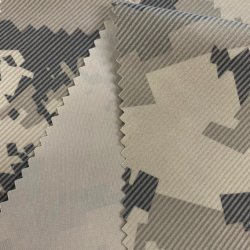 China Fabrikant 100% Polyester Levering Woven Camouflage geprinte flocking Twill Polyester stof voor donsjaslaag