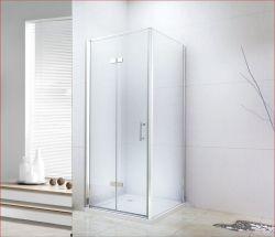 Elettrodomestici moderni della stanza da bagno dell'albergo di lusso con oro imitato con il perno di portello