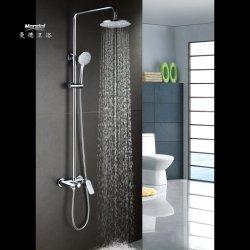 Les systèmes de salle de bains avec douche, une douche à pomme de douche de pluie la tête et le robinet de douche, salle de bains avec douche de pluie de luxe