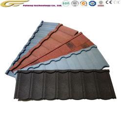 Лист кровельных строительных материалов и штучных кровельных материалов каменной плиткой миниатюры на крыше