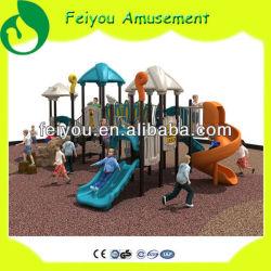 Im Freienspielplatz-Kind-Schule-Geräten-Familien-Spaß-im Freienspielplatz schiebt für die Plastik Kinder