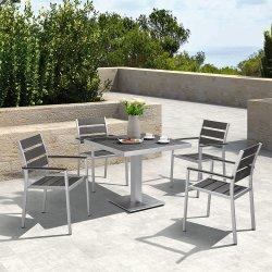 Современный открытый патио с видом на сад мебель обеденный стол и стул,