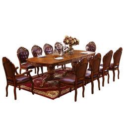 In het groot Antieke Houten Eettafel met de Kabinetten van het Buffet en van de Wijn