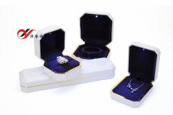 白色プラスチック製ジュエリーボックス LED ライト付き。色はカスタマイズ可能
