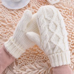 女性の伸張のねじれは冬の暖かいウールの編む手袋を厚くする