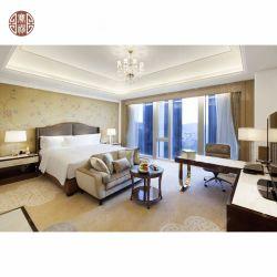 シンプルでエレガントなローズウッド素材のベッドルームデザインの家具が置かれている
