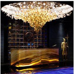 装飾的でモダンなクリスタルガラスの天井にはシャンデリアライト照明があり、ロビーやクラブに利用できる