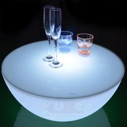 طاولة قهوة مع إضاءة LED على طاولة مقهى