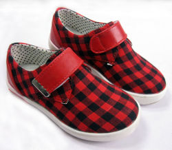 Kind-beiläufige Schuhe für das im Freiengehen