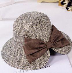 女性の広い縁の麦わら帽子は自然で大きい浜の夏の日曜日のソフト帽の帽子を卸しで嘆く