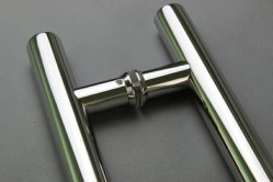Полированная нержавеющая сталь ручки тянет за стеклянной двери