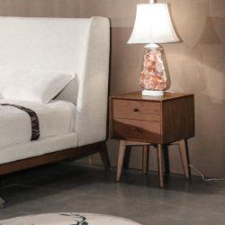 Luxuxaschen-hölzerner Schlafzimmer-Nachtstandplatz neben Tisch mit Fächern