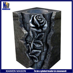 手によって切り分けられる花が付いている卸し売り旧式な正方形の形の黒の花こう岩の石のつぼ