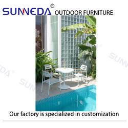 Tavolo da pranzo esterno con quattro posti a sedere e giardino, arredamento patio