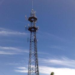 Stalen telecommunicatietoren met één leiding en verzinkt