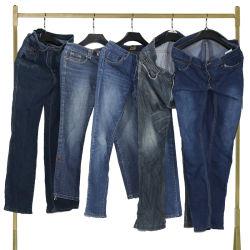 Sorteer een Gebruikte Broek van de Jeans van de Mensen van de Kleding van de Hand van Kleren Tweede