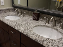 La peau de tigre blanc préfabriqué de comptoirs en granit pour cuisine/salle de bain