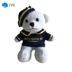 Petite taille assis un jouet en peluche avec un chiffon et un chapeau de l'ours