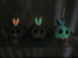 10cm Bonitinha Soft Plush recheadas de brinquedos para bebés grandes olhos ao redor de coelho sentado com Velas Aquecedoras no tecido escuro
