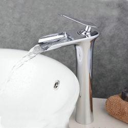 真鍮の滝の洗面器のコックのミキサー