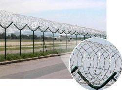 La malla 5x10 cm recubiertos de plástico de flexión Triangular valla de seguridad con alambre de navaja para el aeropuerto